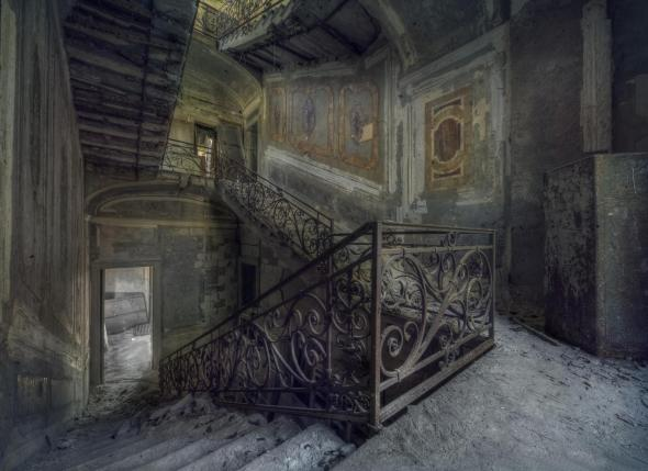 Old Manor House...deserted...haunted?   Who knows...but would tell a good story!