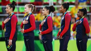 gabby-douglas-rio-national-anthem  no honor