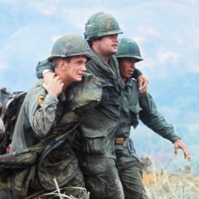 Vietnam two-us-soldiers-aiding-wounded-P