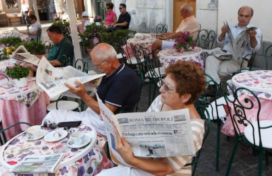 PEOPLE READ NEWSPAPERS IN CASTEL GANDOLFO