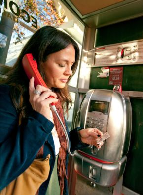 woman-phone-booth-italy
